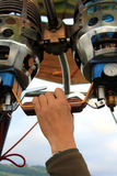 控制热空气气球的手 库存照片