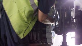 控制航空器机器和底盘的镇静工作者 飞行器维修技工检查平面底盘 安装 图库摄影
