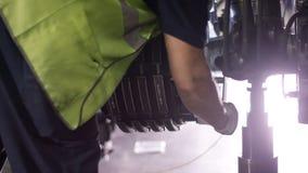 控制航空器机器和底盘的镇静工作者 飞行器维修技工检查平面底盘 安装 免版税库存照片