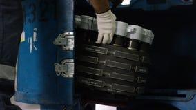 控制航空器机器和底盘的镇静工作者 飞行器维修技工检查平面底盘 安装 库存照片