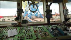 控制起重机的客舱 从吊车司机工作地点的看法 移动海容器的桥式起重机操作员 股票录像