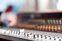 控制音量控制器 轻的设备操作员混合的控制台音乐会的 录音演播室混合的书桌与 图库摄影