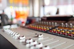 控制音量控制器 轻的设备操作员混合的控制台音乐会的 录音演播室混合的书桌与 库存照片