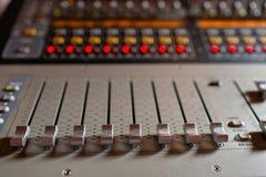 控制音量控制器 轻的设备操作员混合的控制台音乐会的 录音演播室混合的书桌与 库存图片