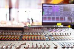 控制音量控制器 轻的设备操作员混合的控制台音乐会的 录音演播室混合的书桌与 免版税库存图片