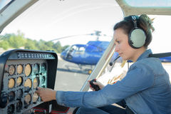 控制直升机的妇女 免版税库存照片