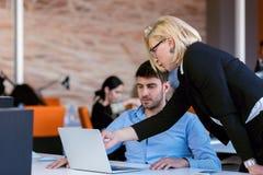 控制责骂一名耻辱的雇员在工作在办公室 图库摄影