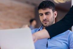 控制责骂一名耻辱的雇员在工作在办公室 免版税库存图片