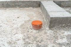 推出从被修造的房子的基础的被盖的下水道 免版税库存图片