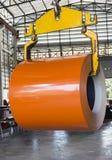 推力卷卷由起重机的金属板在瓦片金属板工厂 图库摄影
