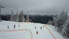 推力培养滑雪者和挡雪板一年在滑雪胜地 股票录像