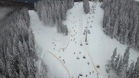 推力培养滑雪者和挡雪板一年在滑雪胜地 影视素材