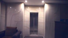 推力电梯在的晚上光关闭 股票视频