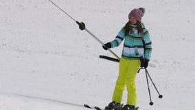 推力的非职业滑雪者女孩 影视素材