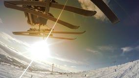推力的滑雪者,在背景的美好的晴朗的风景 影视素材
