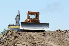 推土机和挖掘机在修路 免版税库存图片