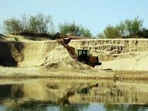推土机在湖运转 免版税图库摄影