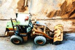 推土机开掘的沙子和石头建筑的 免版税库存图片