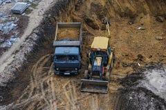 推土机挖掘机卡车工作 库存照片