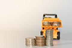 推土机玩具和硬币,概念想法为保存金钱和busines 免版税库存图片