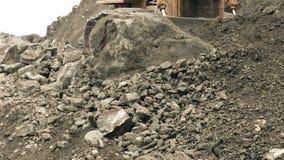 推土机由巨大的巨石城撞 影视素材