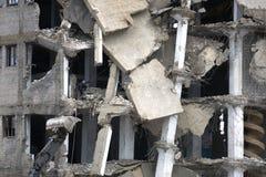 推土机由杓子毁坏老打破的被放弃的砖房子 建筑器材清除封锁和 免版税库存图片
