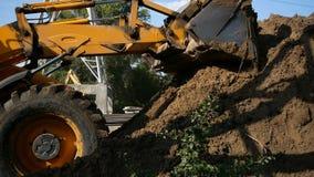 推土机移动并且涂土壤和瓦砾在路的堤防 在建筑的工作推土机  股票录像