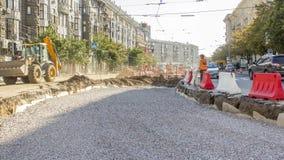 推土机移动并且涂土壤和瓦砾在路timelapse 影视素材