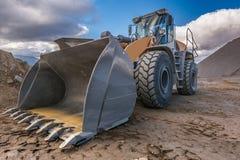 推土机类型在岩石的挖掘机工作和石渣处理的石加工设备 免版税图库摄影