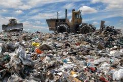推土机转储垃圾 免版税图库摄影