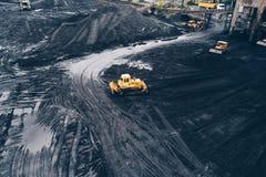 推土机鸟瞰图在煤矿在西里西亚, 库存照片