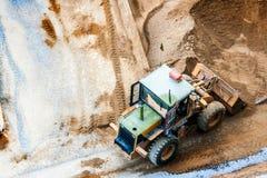 推土机diging的沙子和石头建筑的 免版税库存图片