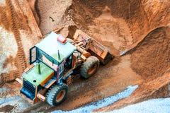 推土机diging的沙子和石头建筑的 库存照片
