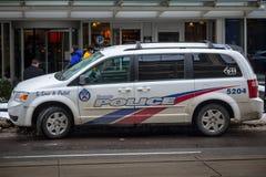 推托盛大有蓬卡车从运转中多伦多的警察的CRU 2204 免版税库存图片
