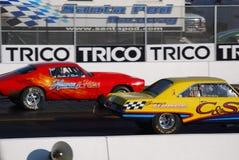 推托箭对Camaro汽车短程加速赛 库存图片