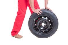 推挤一个新的车轮的技工手 库存图片