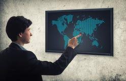 推挤世界地图的商人 免版税库存照片