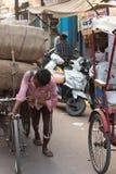 推挤人力车的人在阿格拉,印度 免版税库存照片