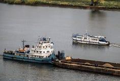 推挤在河的拖轮一艘被装载的驳船 免版税库存图片