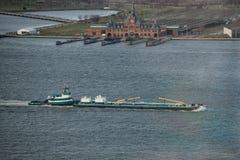 推挤在河的拖轮顶视图一艘重的驳船 库存图片