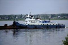 推挤在河的猛拉一艘驳船 库存照片