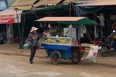 推挤她的推车用街道食物的柬埔寨妇女 库存照片