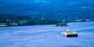 推挤巨大的驳船哥伦比亚河风景哥伦比亚Gorg的小猛拉 图库摄影
