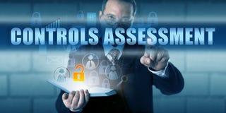 推挤控制评估的业务经理 免版税库存图片