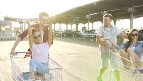 推挤有女孩的男孩购物车 股票视频