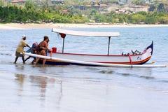 推挤有机盖的人们小船对海洋 在巴厘岛附近的旅行 免版税图库摄影
