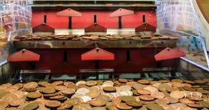 推挤机器的古板的拱廊硬币 免版税库存图片