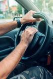 推挤汽车喇叭的紧张的公司机在交通高峰时间 免版税库存照片
