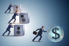 推挤美元和在竞争中取胜的商人 免版税库存照片