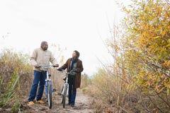 推挤自行车的夫妇 库存照片